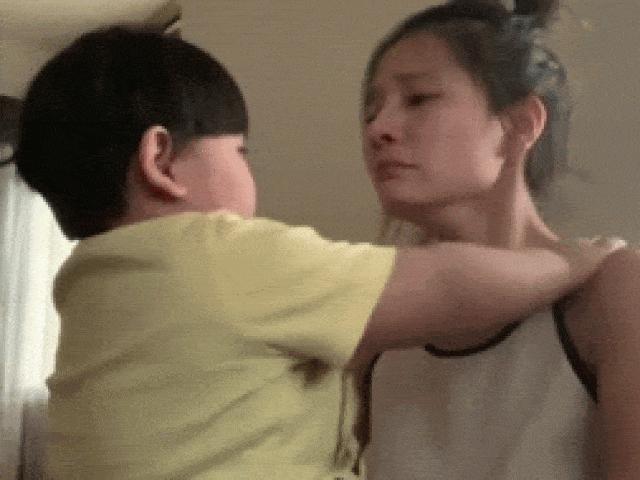 """""""Người tình màn ảnh"""" Trường Giang đăng clip khóc nức nở khó hiểu trước mặt con trai"""
