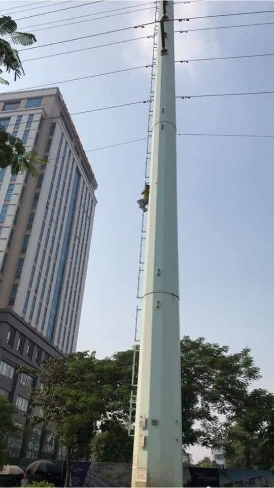 """Thanh niên """"hóa người nhện"""" leo thẳng lên cột điện cao thế giữa phố Hà Nội - 1"""