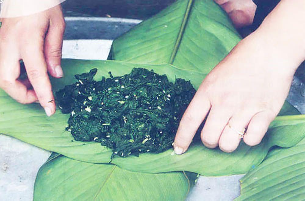 Lên Tây Bắc thưởng thức món rêu nướng độc đáo và đặc sắc của đồng bào người Thái - 1