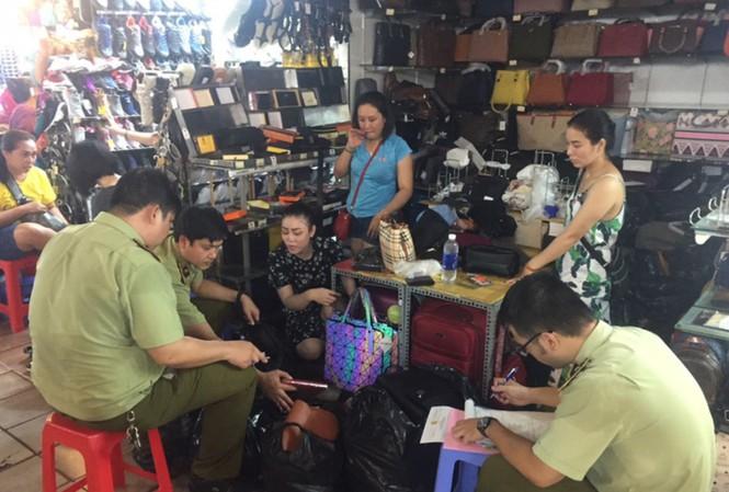 """Kiểm tra chợ """"nhà giàu"""" Sài Gòn, phát hiện hàng ngàn sản phẩm giả, nhái - 1"""