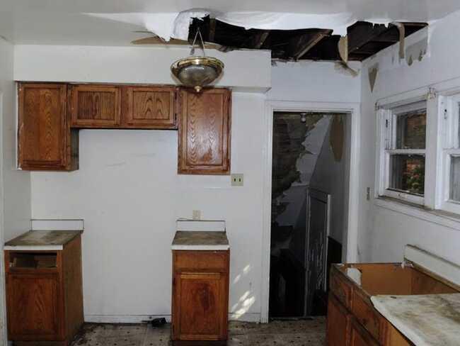 Hình ảnh căn bếp cũ trước khi được Orr tu sửa.