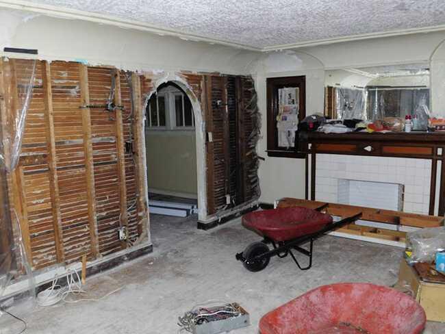 Bề ngoài không chỉ là vấn đề duy nhất mà Orr phải lo lắng, nội thất bên trong cũng hoàn toàn thảm họa. Toàn bộ hệ thống đường ống vàtường nhà đều phải sửa sang.