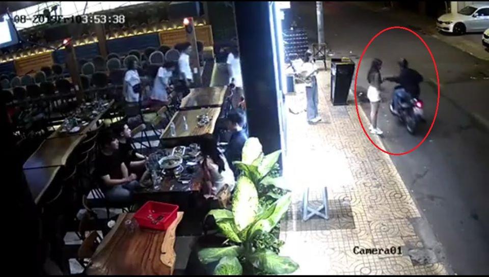 Cô gái bị tên cướp giật túi xách, ngã lăn xuống đường ở Sài Gòn - 1