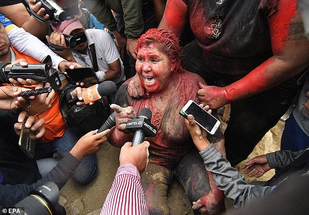 Bolivia: Nữ thị trưởng bị đám đông cắt tóc, giội sơn đỏ, kéo đi khắp phố - 1