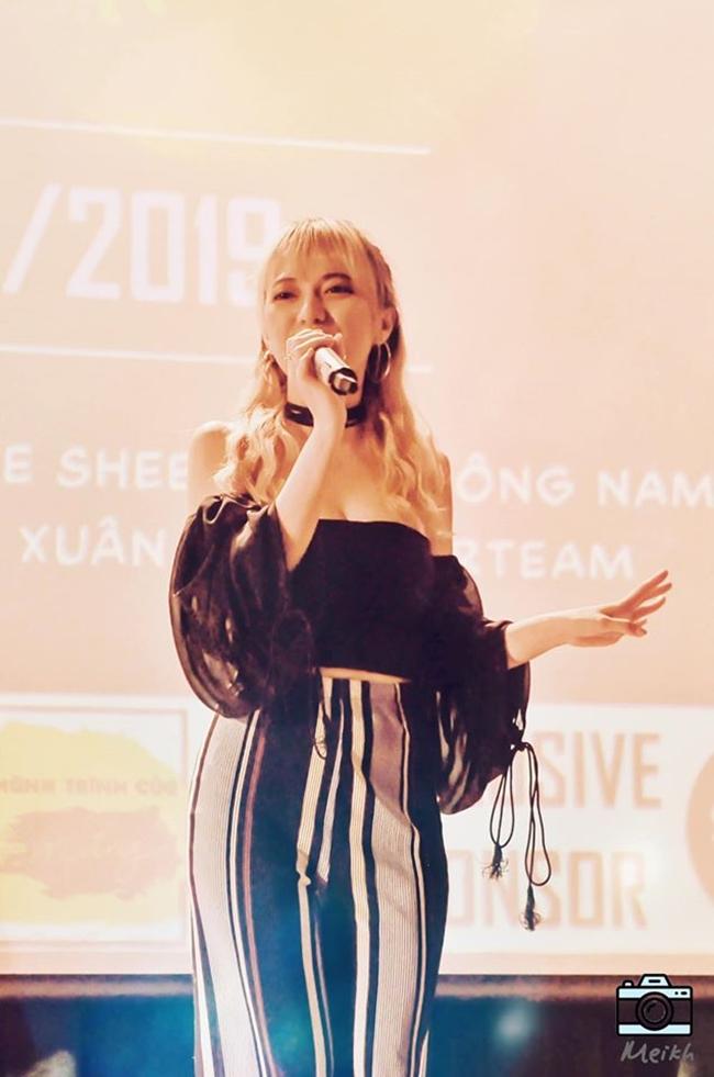 Không chỉ tung MV mới, nữ ca sĩ trẻ còn tham gia nhiều buổi biểu diễn tại các tụ điểm ca nhạc. Phong cách gợi cảm vừa phải của Xuân Nghi nhận được nhiều lời khen ngợi.