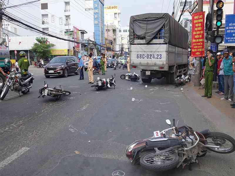 Hãi hùng, xe tải tông 6 xe máy đang dừng đèn đỏ - 1