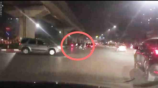 Hai nhóm thanh niên vác kiếm, bom xăng hỗn chiến kinh hoàng giữa phố Hà Nội - 1