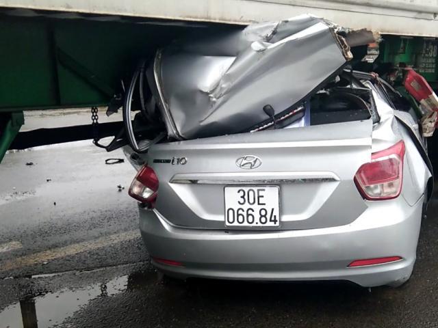 Ô tô biển số Hà Nội chui gầm container, 2 người tử vong mắc kẹt trong xe