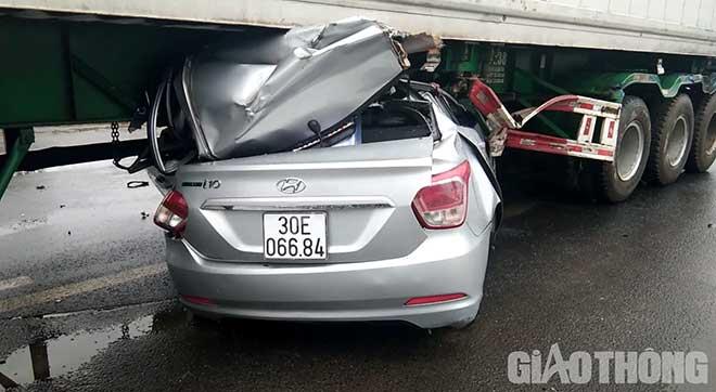 Ô tô biển số Hà Nội chui gầm container, 2 người tử vong mắc kẹt trong xe - 1