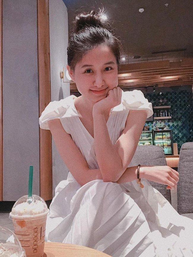 """Angela Phan tên thật là Phan Ngọc Quyên, sinh năm 1995 - cô nàng hot girl từng khiến Minh Nhựa """"xiêu lòng"""", thậm chí bỏ rơi vợ con, khiến cô vợ hai Mina phải bỏ đi."""