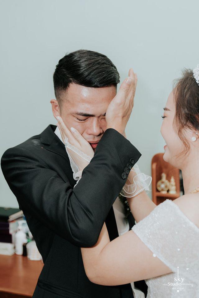 Lấy được vợ, chú rể khóc suốt 15 phút, mẹ cô dâu giây trước cười giây sau thái độ khác hẳn - 1