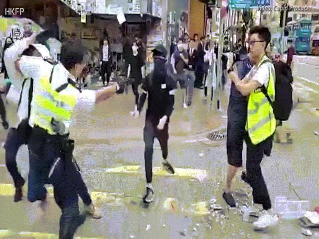 Hong Kong: Cảnh sát bất ngờ nổ 3 phát súng vào hai người biểu tình