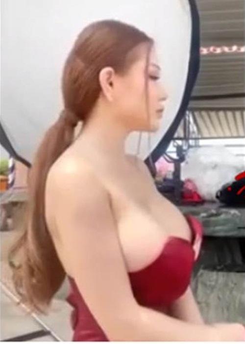Đang livestream thì tuột váy lộ ngực, gái trẻ khiến dân mạng xôn xao bàn tán - 1