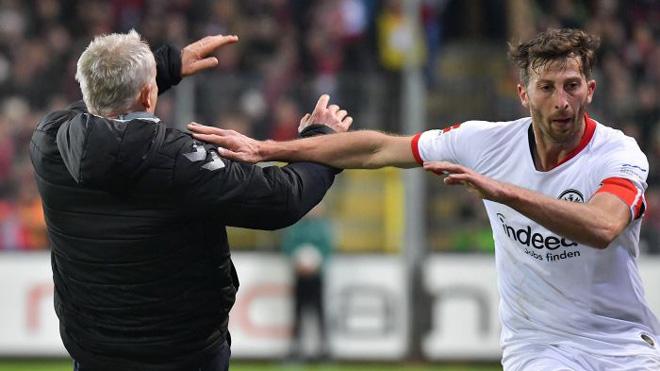 Thẻ đỏ rúng động bóng đá Đức: Húc HLV đối thủ ngã ngửa, dễ lãnh án cực nặng - 1