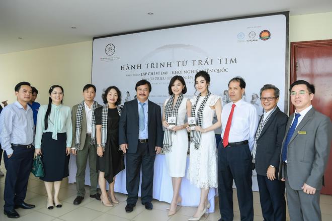Á hậu Tú Anh, diễn viên Lương Thanh trao tặng sách quý - 1