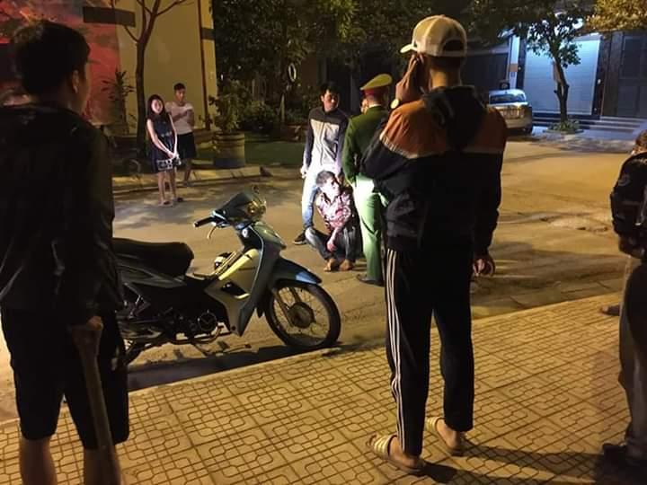 Thanh niên điên cuồng chém người phụ nữ trong nhà nghỉ, mặc nạn nhân kêu la van xin - 1