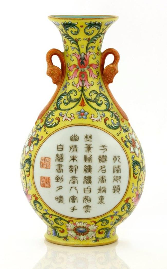 Chiếc bình này từng được mua với giá 1 bảng Anh (~30.000 đồng) và mới đây đã được bán với giá 484.000 bảng (kèm tất cả các chi phí) (~14,4 tỷ đồng) khiến nhiều người bất ngờ.
