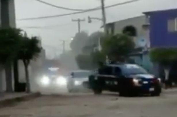 Video: Băng đảng của trùm ma túy El Chapo phô trương quyền lực bằng đoàn xe bọc thép - 1