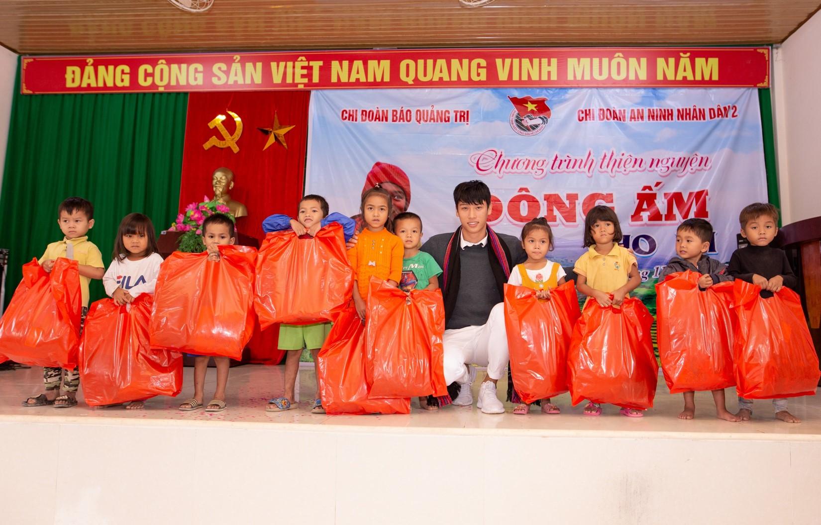 """Á quân Mister Việt Nam """"đốn tim"""" phái nữ bởi những hành động này - 1"""