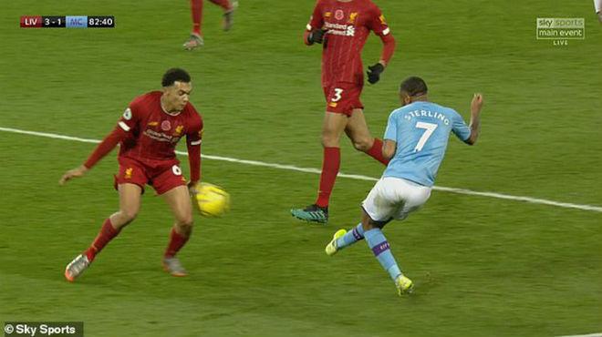 """Man City thua Liverpool, Pep """"cà khịa"""" trọng tài có bị phạt nặng như Mourinho? - 1"""