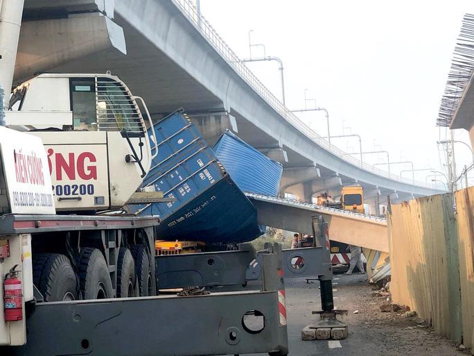 TP HCM: Xe container kéo sập cầu bộ hành trước cổng Suối Tiên - 1