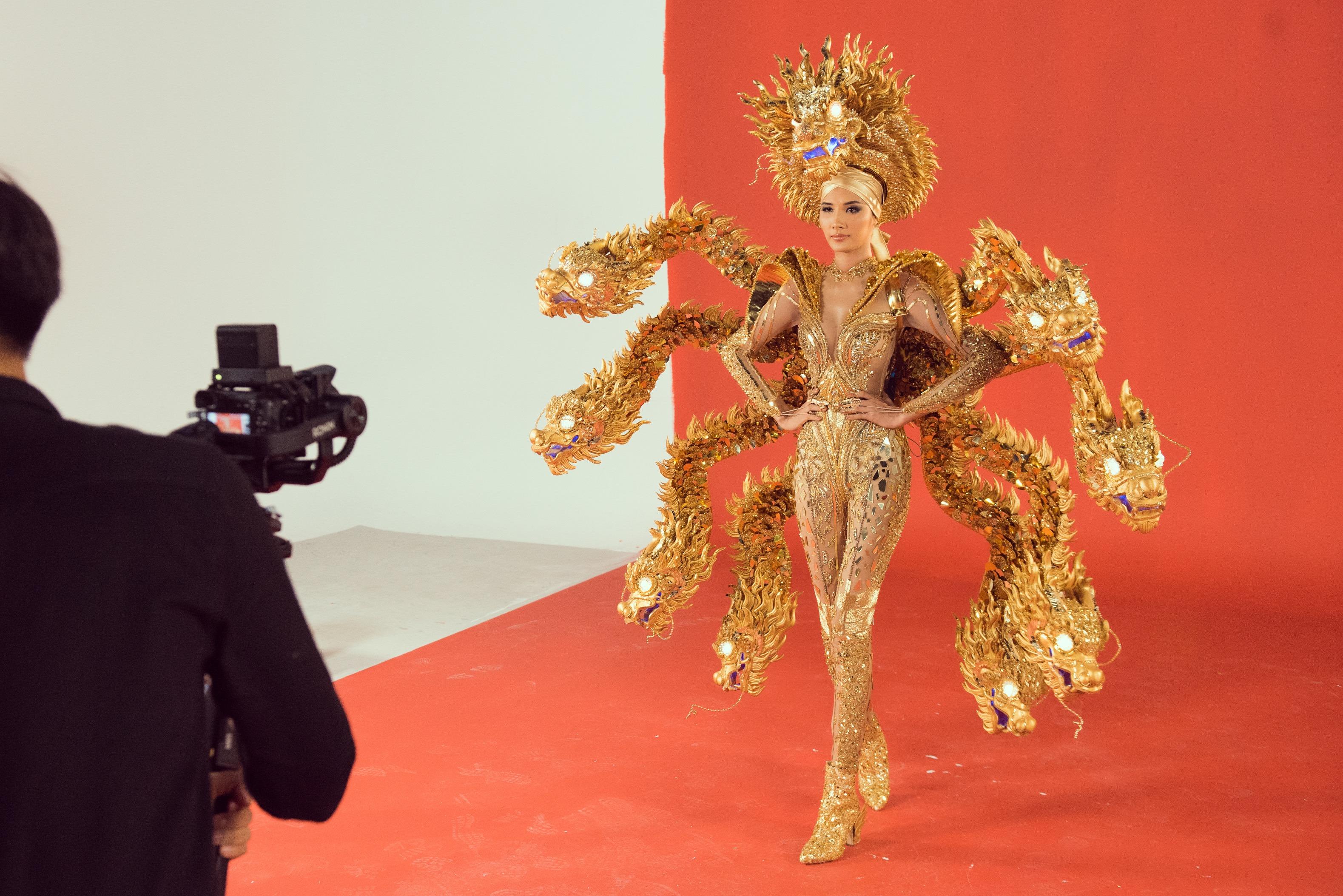 Trang phục hình rồng bị ví như rết của Hoàng Thùy tại Hoa hậu Hoàn vũ - 1