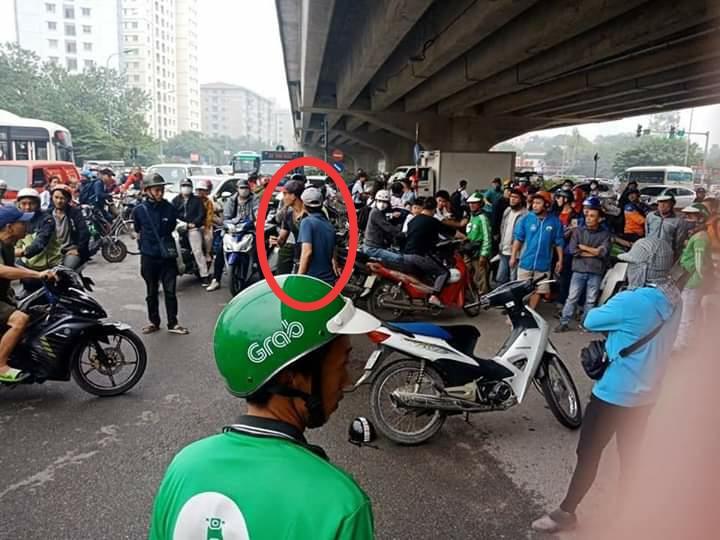 Hai cô gái trẻ bị người đàn ông vác dao đuổi chém dã man giữa phố Hà Nội - 1