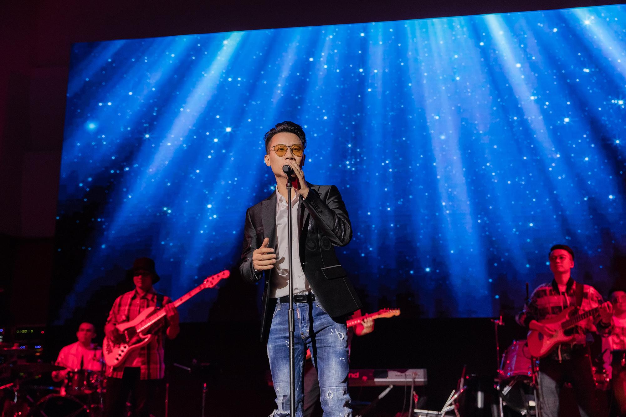 Hoàng Bách mang gần 100 người vào MV thu âm, quay hình trực tiếp - 1