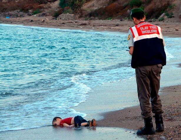 Chuyện hãi hùng đằng sau bức ảnh bé trai Syria từng gây chấn động thế giới - 1