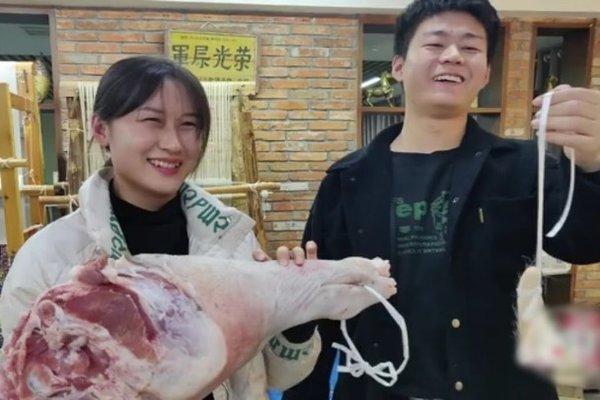 """Thịt lợn siêu đắt đỏ, sếp lớn dùng làm phần thưởng """"khủng"""" cho nhân viên - 1"""