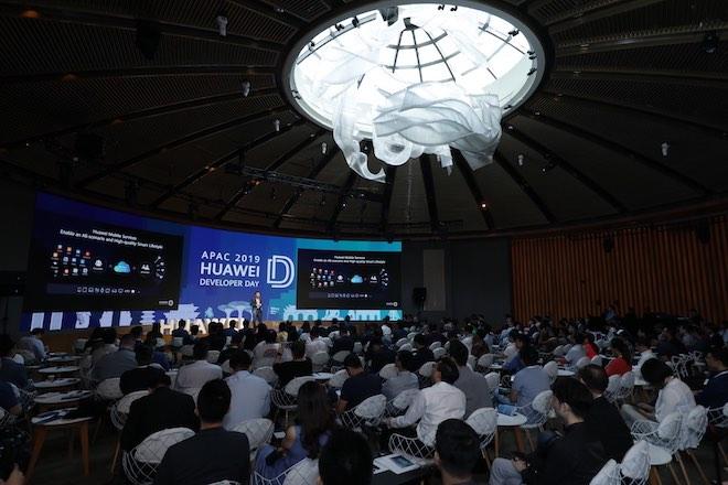 Không phụ thuộc Google, Huawei đầu tư 1 tỷ USD phát triển hệ sinh thái riêng - 1