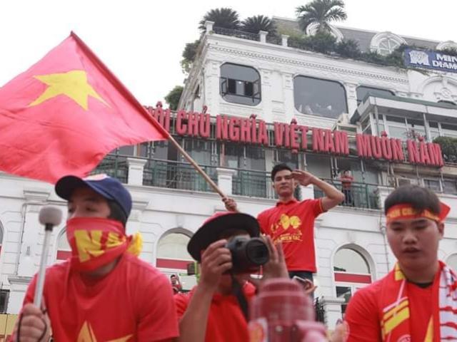 TRỰC TIẾP: Việt Nam đấu UAE, nghìn sắc đỏ hừng hực khí thế kéo đến Mỹ Đình