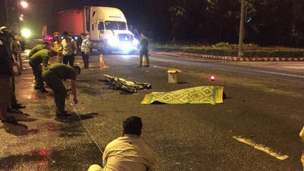Vượt đèn đỏ, nam thanh niên bị xe đầu kéo đâm tử vong - 1