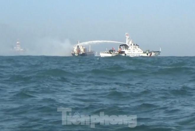 Cảnh sát biển Việt Nam cứu tàu nước ngoài bị cháy - 1