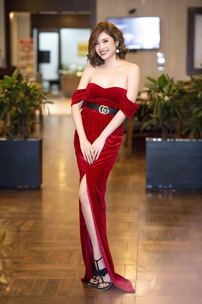 """Hoa hậu suýt """"hớ hênh"""" khi đứng cạnh NSND Tự Long - 1"""