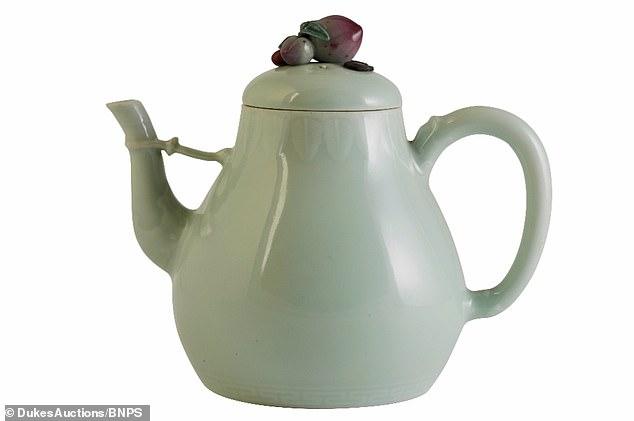 Choáng với giá trị khủng của ấm trà sứt được đem đấu giá tại Anh - 1