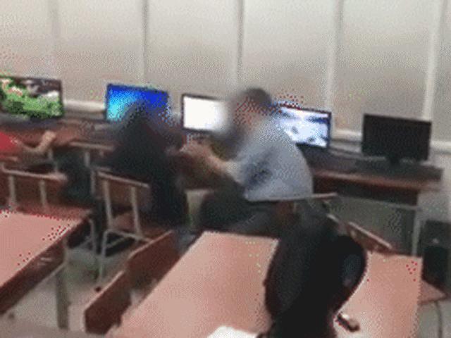 Xôn xao clip thầy giáo sờ đùi, vuốt má nữ sinh lớp 7 trong lớp phụ đạo Tin học