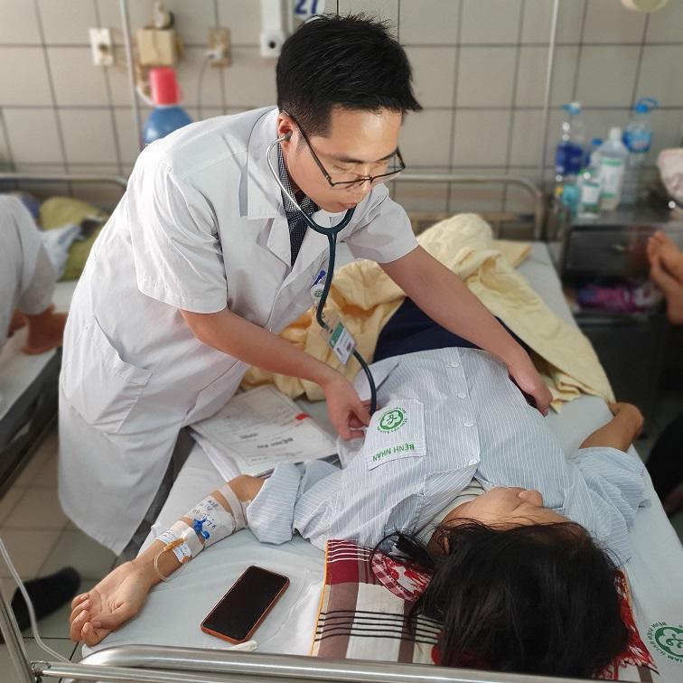 Đang mang thai ở tuần 32, sản phụ đi tiểu ra cục máu đông rồi liên tục ra máu tươi - 1