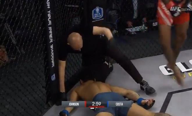 Choáng: Võ sĩ MMA đưa đầu vào gối đối thủ, ăn đòn co giật toàn thân - 1