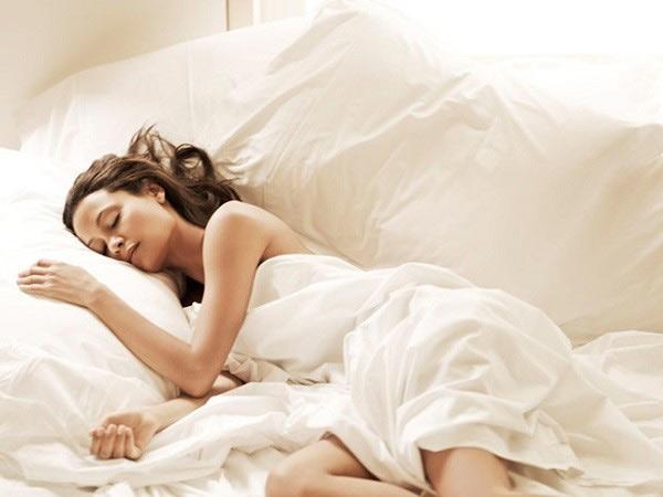 Tưởng đùa mà thật: Ngủ đúng tư thế có thể chống nếp nhăn xuất hiện - 1