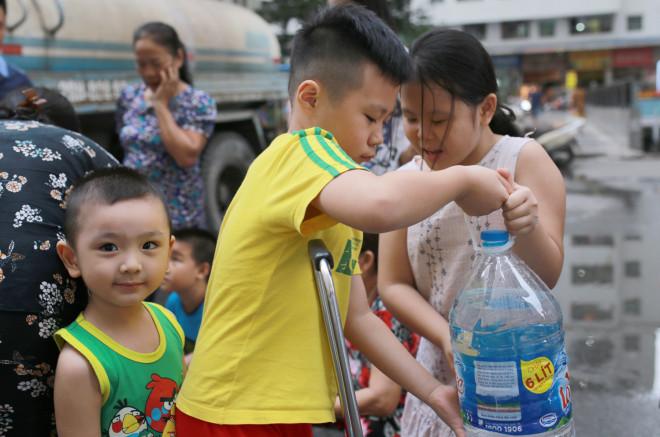 Hàng trăm cư dân đề nghị bồi thường vụ nước nhiễm dầu thải - 1