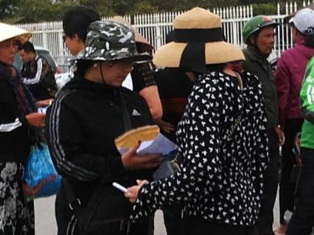 """""""Cò vé"""" vây quanh SVĐ Mỹ Đình, giá vé tăng gấp 6 lần trước trận Việt Nam – Thái Lan"""