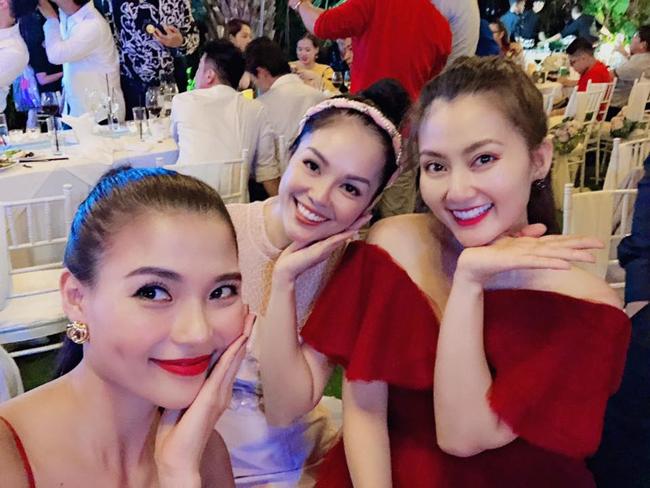 Tại bữa tiệc hội ngộ cùng nhau, 3 người đẹp cùng chung shot hình khiến người xem khó chọn xem ai rạng rỡ nhất.