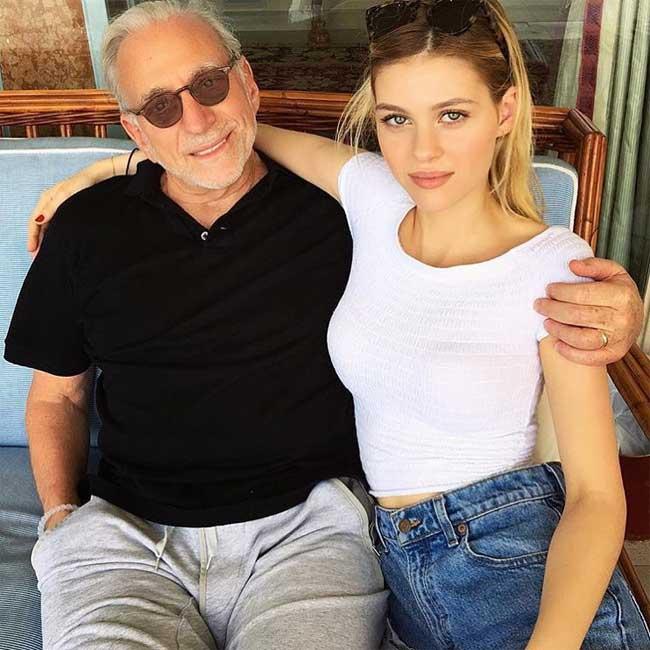 Diễn viên, người mẫu Nicola Peltz sinh năm 1995, tại thành phố New York (Mỹ). Cô là con gái củacựu siêu mẫu Claudia Heffner vớitỷ phú Nelson Peltz. Gia đình Peltztừngsở hữu nhãn hàng nước uống Snapple nổi tiếng của Mỹ, sở hữutài sản gần 1,7tỷ đô la.