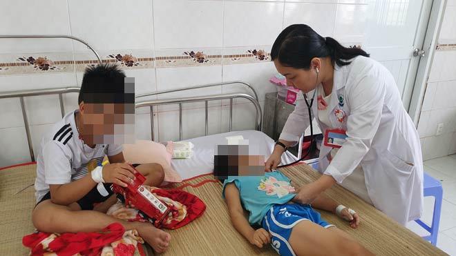 4 anh em ruột ngộ độc thuốc diệt cỏ sau khi được mẹ cho uống nước ngọt - 1