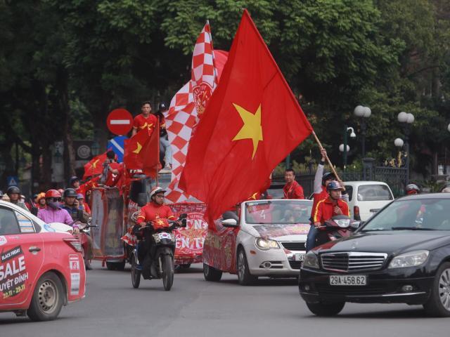 5 tiếng nữa mới diễn ra trận Việt Nam - Thái Lan, CĐV đã nhuộm đỏ phố phường Hà Nội