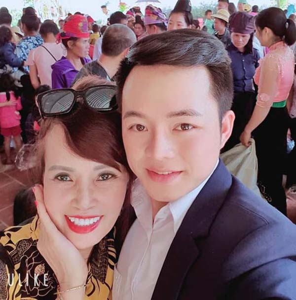 Cô dâu 62 tuổi Cao Bằng dụ chồng 26 tuổi phun môi đỏ chót, xăm mày lưỡi mác - 1