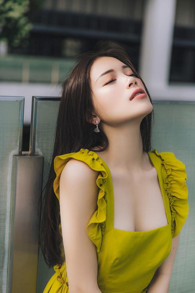 """Không ai khác đó chính là Linh Rin. Cô viết: """"Sorry Phillip, Dang Van Lam you are so handsome, you are so stunning (Tạm dịch: Xin lỗi Phillip, Đặng Văn Lâm quá đẹp trai và tuyệt vời)."""