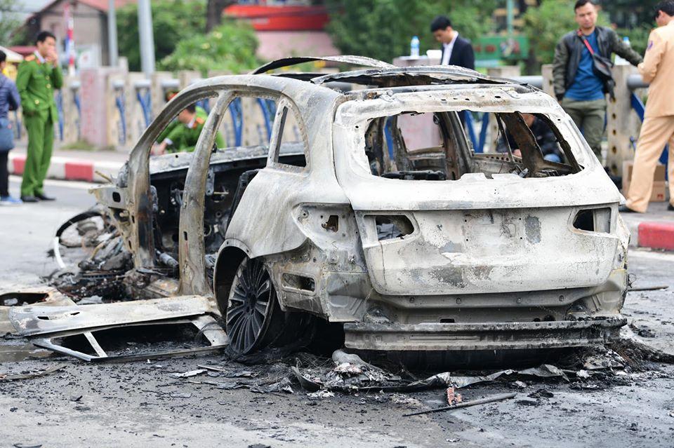 Hiện trường ám ảnh vụ xe Mercedes gây tai nạn chết người rồi bốc cháy dữ dội - 1