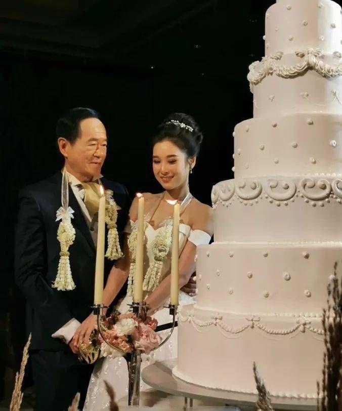 Cụ ông 70 tuổi mạnh tay chi hơn 15 tỷ để cưới vợ trẻ 20 tuổi xinh như hoa hậu - 1